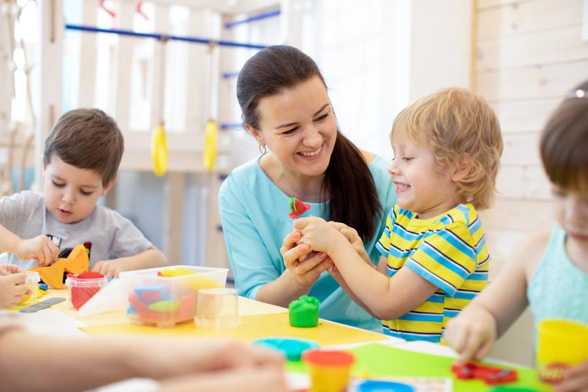 247519503 - Tutor teaches children handcraft in kindergarten or playschool © Oksana Kuzmina